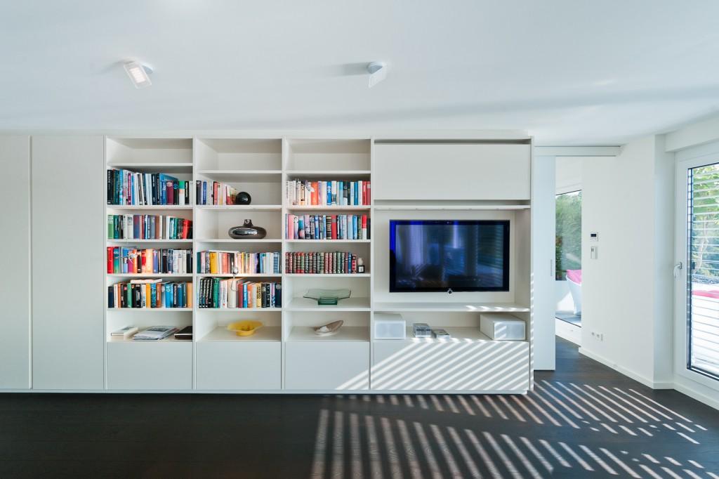 Fernsehen im Bücherregal