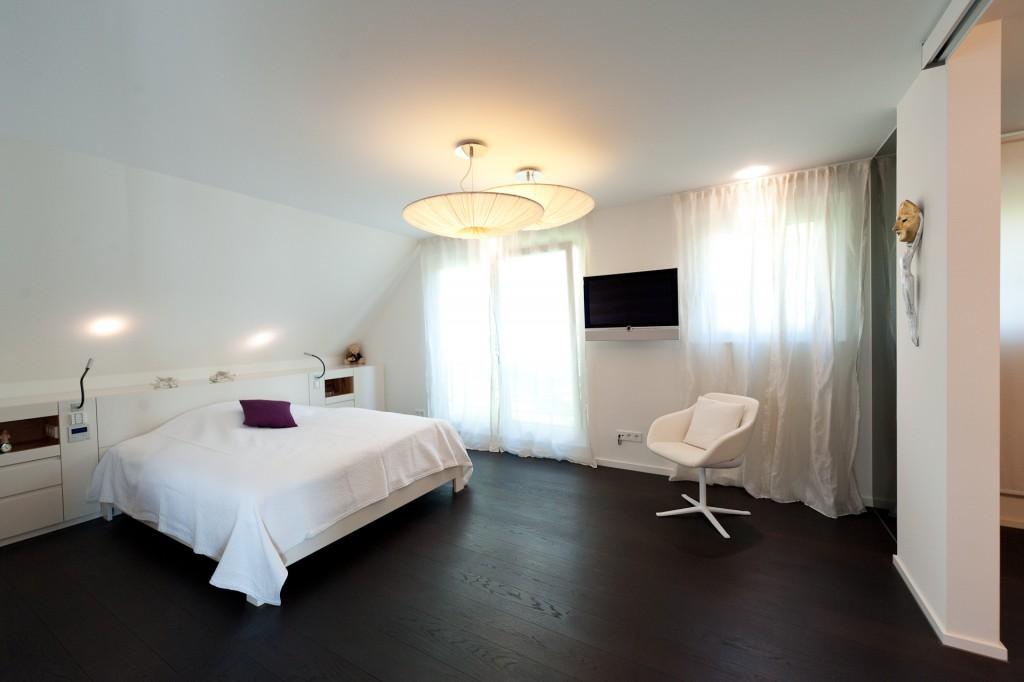Schlafzimmer mit TV wandhängend